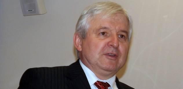 Guvernér Rusnok přišel do Sněmovny, kde ho začal hubovat Laudát z TOPky