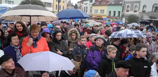 Miloš Zeman a dva tisíce lidí na náměstí. Takto to v Rožnově pokračovalo dále
