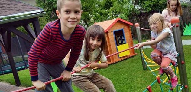 Děti z opavské školky dostaly k výročí nové hřiště  i přírodní zahrádku