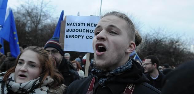 FOTO Fašisty tu nechceme! Ulička hanby pro účastníky konference. Dorazili Peszynski, Štětina, Hayato Okamura a spousta dalších, které dobře znáte. Kostlán z Romea napadl reportéra PL