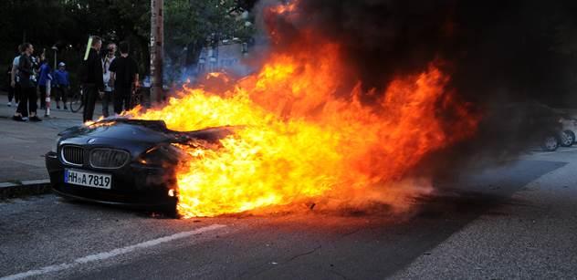 Vítejte v pekle! Obrovská demonstrace proti summitu G20 se zvrhla. Slzný plyn, obušky, krvavé obličeje, zapálené koše i auto. A PL byly u toho