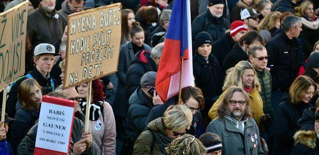 Městy procházely protesty proti Benešové. Pirát Pikal vyrazil do Olomouce vykládat, že není odbornice