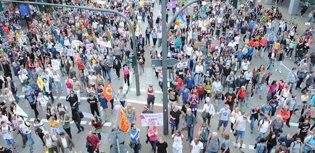 Řádění demonstrantů v Hamburku vrcholí. Koho v minulých dnech nesebrali, ten dnes dorazil znova. Náš reportér vše sleduje zblízka