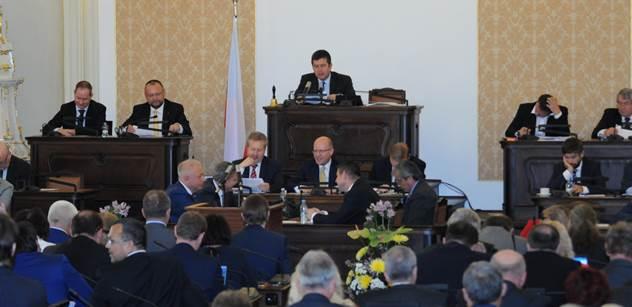 Poslanci po devítihodinovém jednání požádali vládu, aby zrušila memorandum o lithiu