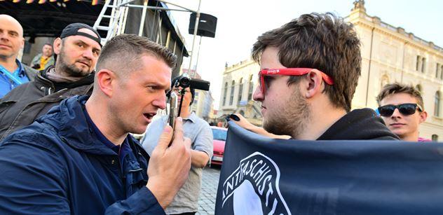 Ale ale. Tommy Robinson v Německu provokoval levicové demonstranty. Máme FOTO