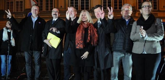 """Postavme se nenávisti, buráceli demonstranti proti Babišovi a Zemanovi. A pak tam nazvali reportéra PL """"čmoudem"""". Chytil se toho i Martin Bursík"""