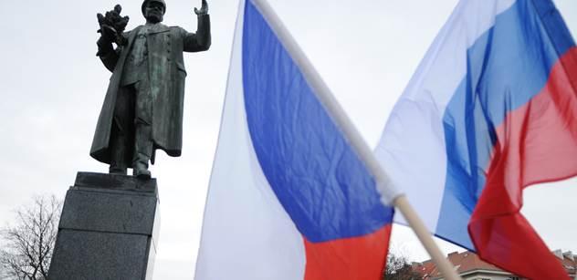 FOTO Husto u sochy maršála Koněva. Bránit jej dorazili Foldyna či Doubrava, proti nim vlajky EU a slova o vrazích z KSČ