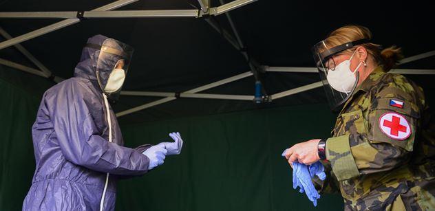 Úmrtí s covidem je v ČR přes 3 000, nárůsty nakažených ale klesají