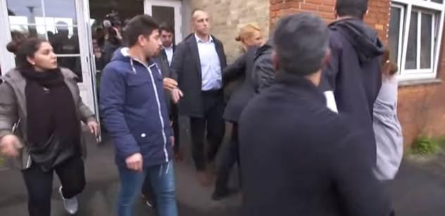 VIDEO Dánská ministryně pro migraci šla navštívit uprchlíky. Ti ji místo toho napadli. Utíkala jako o život