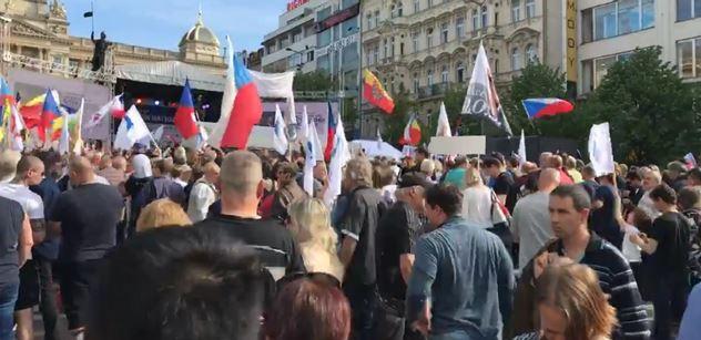 ŽIVÉ VIDEO Okamura s Le Penovou a Wildersem na Václaváku. Dorazili i odpůrci, atmosféra houstne