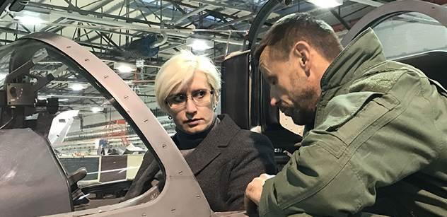 VIDEO Akční návštěva ministryně Šlechtové na letecké základně. Zkoušeli jsme i bombardování. Podívejte se sami