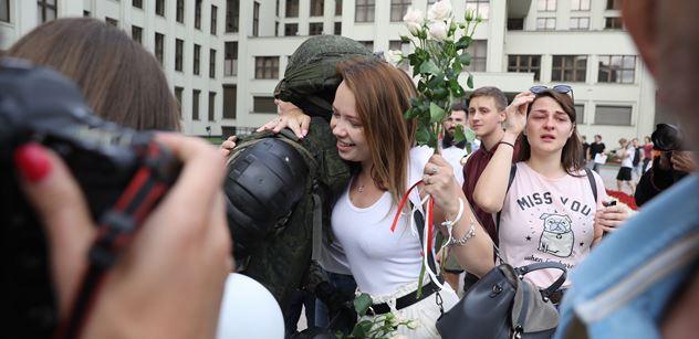 Bělorusko ve varu: Desítky tisíc lidí v ulicích. Lukašenko za nimi vidí organizaci ze zahraničí. Neustoupí