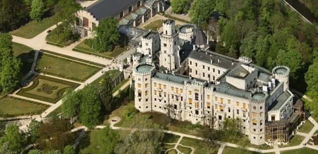 NPÚ: Návštěvníci zámku Hluboká si posvítili na schwarzenberskou sbírku tapiserií