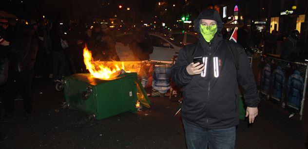 """FOTO """"Revoluce, antikapitalismus,"""" křičeli demonstranti v Paříži a zapalovali popelnice. Slavili také výročí"""