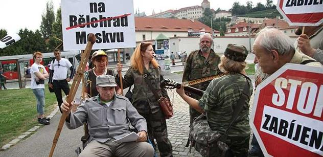 Prahou prošli demonstranti, kteří se Švejkem protestovali proti válce na Ukrajině