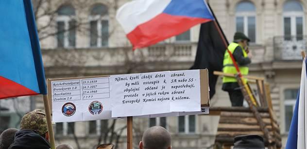 Ať jdou do prdele. Nechte nám zbraně, dali jsme si na ně. Dělají z nás blbce. Postavme se na odpor. Na Václaváku proběhla demonstrace proti omezení zbraní z EU a toto se tam dělo...