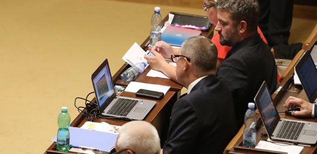 FOTO Podívejte se, čím se na svých počítačích zabývají politici během projevů ve Sněmovně