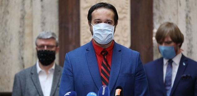 Lidé se k nošení roušek dobrovolně vrátí, věří epidemiolog Maďar