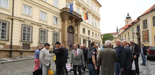 Desítky lidí dnes demonstrovaly u německé ambasády proti kácení lesa