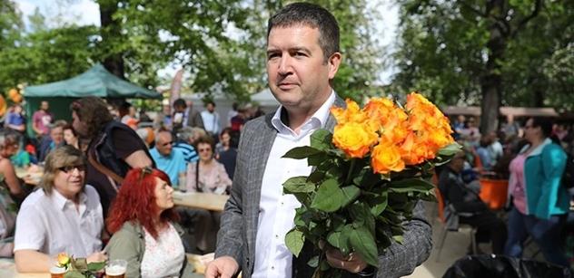 Pražský sociální demokrat v sobotu večer vystoupil z auta. Co se dělo potom, známe snad jen z amerických gangsterek. Pouze na PL
