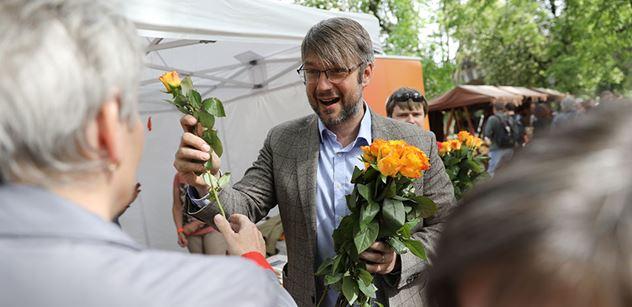 """ČSSD hlasovala o vládě na radnici, schovala to za """"jednání klubu"""". Členové tam jen proběhli, vysvětluje předseda"""