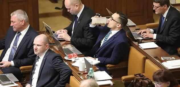 Poslanci už od oběda cupují Babišovu vládu.  Farský, Bělobrádek, Stanjura...