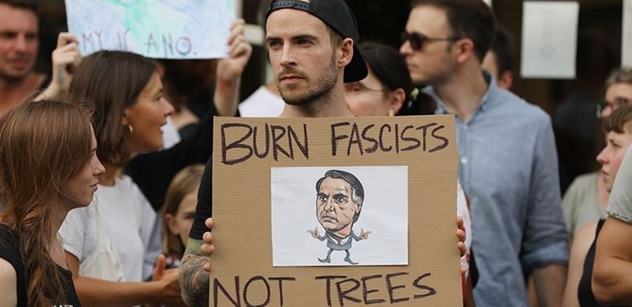 """FOTO """"Zapalte fašisty""""! Před brazilskou ambasádou bylo živo kvůli Bolsonarovi a hořící Amazonii"""