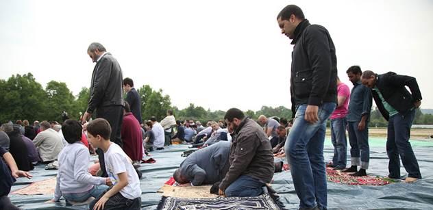 Jak se ubránit islámu v Evropě? Zalistovali jsme knihou německého soudce, který strhal Merkelové její vítací politiku