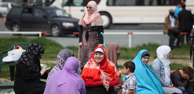 Žena Alžířana mluví o nestoudných církvích, xenofobu Zemanovi a konečníku muslimek
