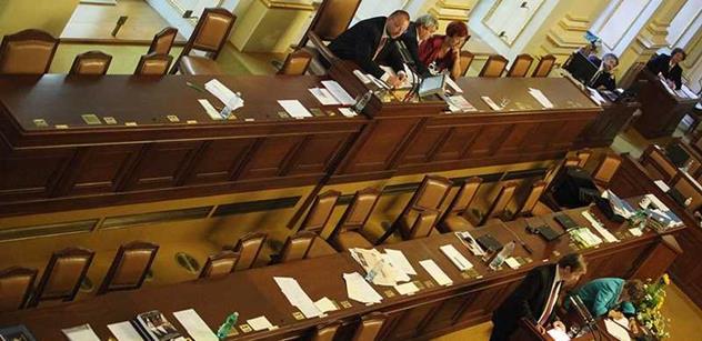 Sněmovna přerušila schůzi kolem služebního zákona