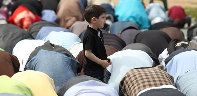 Chtějí nás zabít. Všichni muslimové jsou náchylní k tomu, aby se stali teroristy. Zde je pět bodů, jak porazit islámský terorismus. Světoznámý znalec islámu promlouvá