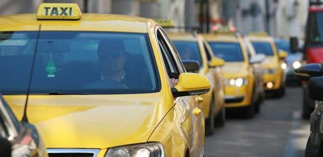 Taxikáři blokují ulice, žádají minimální ceny