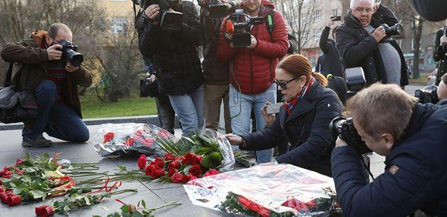 VIDEO Vnučka maršála Koněva u dejvického památníku. Dorazil i jeden odpůrce s vlajkou NATO...