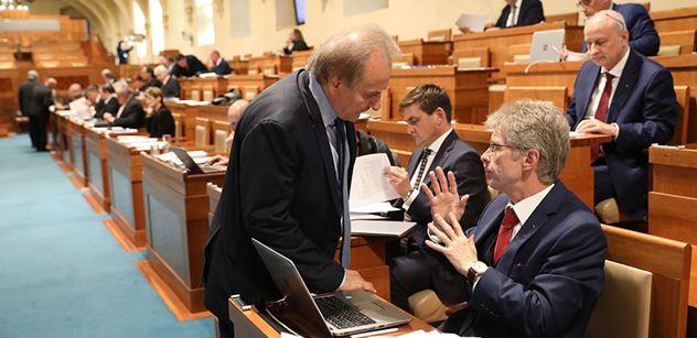 Senát poslal vzkaz nejen Zemanovi: Pane prezidente...