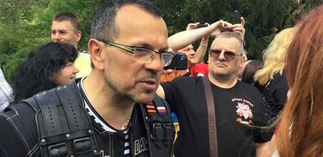 """""""Spasibo."""" Stovky lidí vítaly Noční vlky v Děčíně. Pak vystoupil Foldyna a vyslal vzkaz: Pánové a dámy v Praze se nudí, neví, kdo nás osvobodil"""