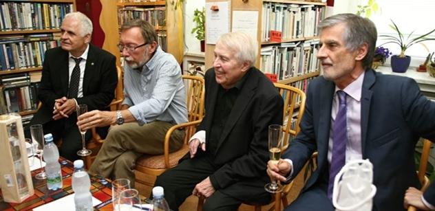 Spisovatel Pavel Kohout pokřtil knihu a oslavil narozeniny. A podívejte se, kdo na akci přišel