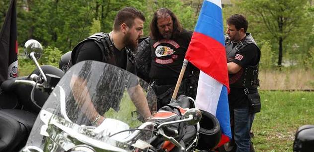 Oni nám chtějí strhnout vlajku! Hřbitovní scéna s Nočními vlky, podporovateli Ukrajiny a českou policií