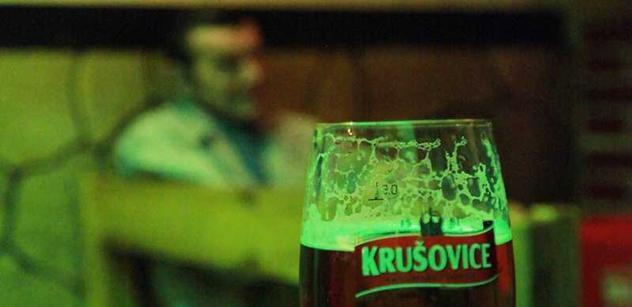 Čeští vesničani ignorují opatření proti covidu. Popíjejí mezi sebou, objímají se, zpívají, řvou. Němci? To je jiná... Bolestivý zásah od sousedů