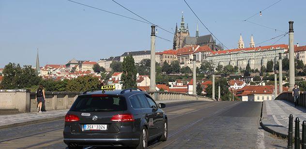 Přelet letadel při přehlídce v Praze armáda kvůli počasí zrušila