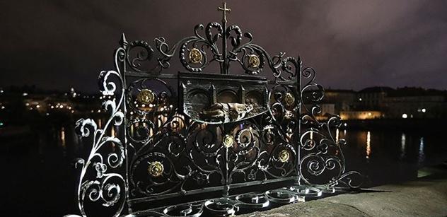 Stovky lidí slavily na Karlově mostě. Kardinál jim kázal o potřebě statečnosti