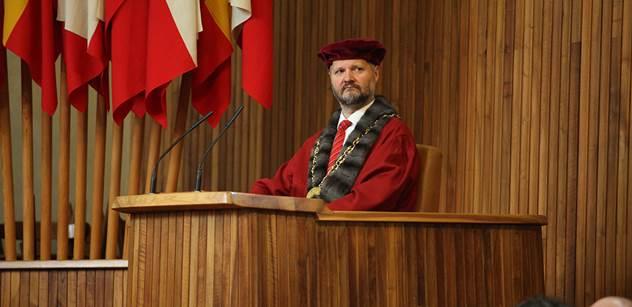 Velká část občanů se těší, až půjde Zeman do důchodu, říká senátor a bývalý rektor Hampl. Pak pohovořil o Putinově páté koloně, která prý stejně neuspěla