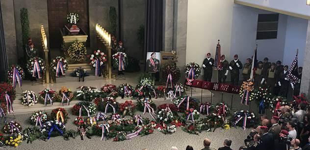 VIDEO Tohle je to vlastenectví. Prostě jsme šli bojovat, protože jsme chtěli svobodu, znělo na pohřbu válečného hrdiny generála Klemeše. Sledovali jsme to celé