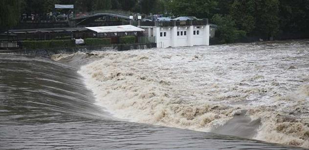 Stovky lidí byly evakuovány, hladiny řek ale od jihu klesají