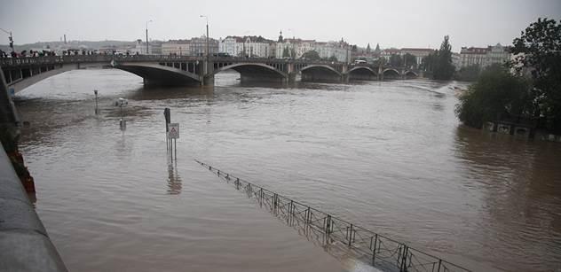 Kvůli povodni byla obousměrně uzavřena pražská Strakonická ulice