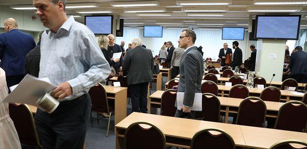 """Radní za ODS v Praze 10 hodili vlastním zastupitelům do mimořádné schůze k dani z nemovitostí """"vidle"""". Jednání trvalo 480 vteřin, my tam byli"""