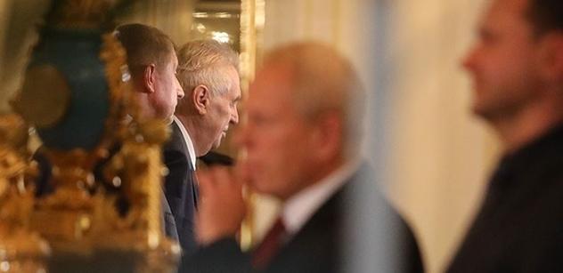Senátor vstal prudce ze židle na obranu Zemana: Schwarzenbergovi tolerovali jeho spavou nemoc a nesrozumitelnou řeč a teď hysterčí. A to primitivní hovado...