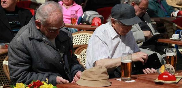 Z demonstrace se stal výlet pro penzisty: Ministři jsou krysy. Do kanálů