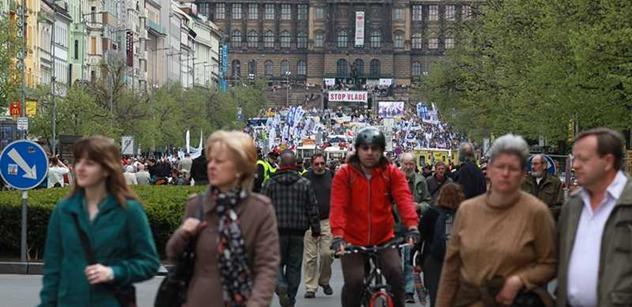 Asi 500 demonstrantů míří k České televizi