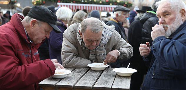 """Ne, aby se děti cpaly masem a uzeninami! Na Staroměstském náměstí se rozlévala rybí polévka a disident Wolf alias """"baron hlad"""" vybízel k půstu"""