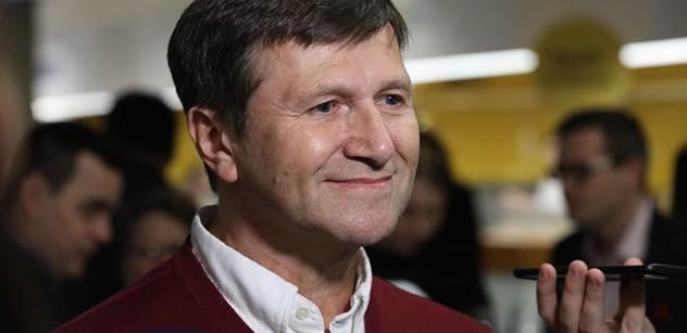 Hrušínský dostal od starosty Prahy 4 štědrou dotaci pro divadlo. Na jeho zahradě se v pondělí tentýž starosta fotil s Drahošem i zmíněným principálem